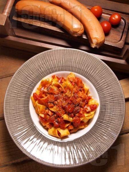 Прясна паста талятели с доматен сос, канела и наденица - снимка на рецептата